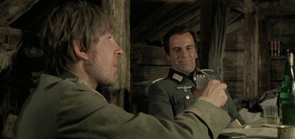 Los actores David Warner y Maximiliam Schell, en una escena de «La cruz de hierro».