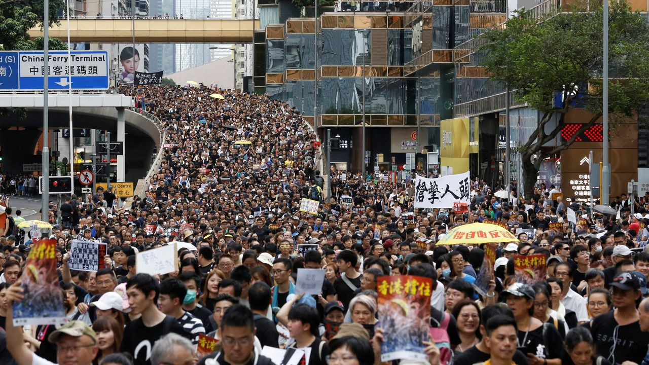 Estado en el que se encuentra la placa que recuerda a las mujeres fusiladas por el franquismo en Gijón, con la tierra removida en su base.Decenas de miles de personas se manifestaron este domingo en Hong Kong
