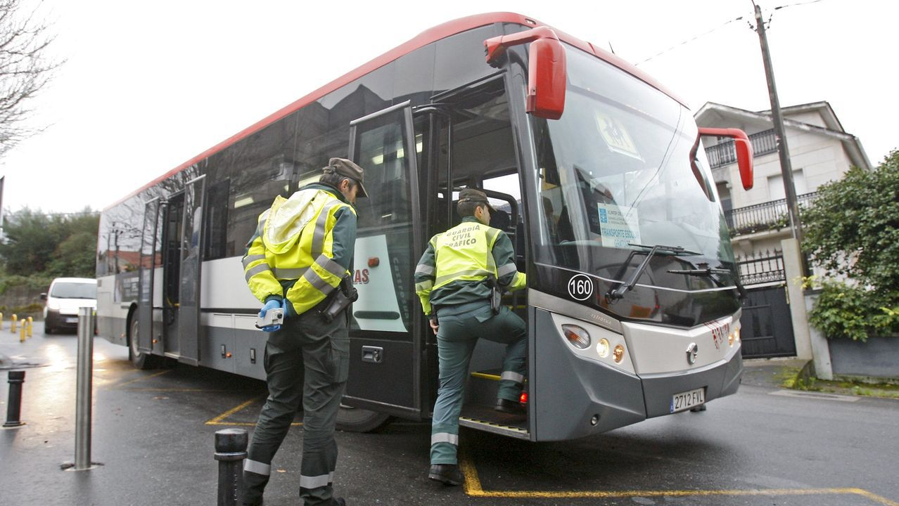 Concentración de repulsa por el asesinato de Clara María Expósito.Imagen de una inspección de la Guardia Civil de Tráfico a un autobús en Pontevedra