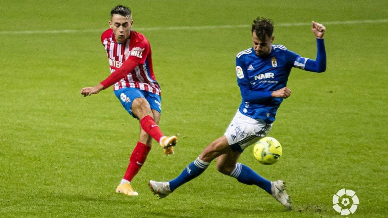 Pedro Díaz y Sergio Tejera, durante el derbi de la ida en el Carlos Tartiere