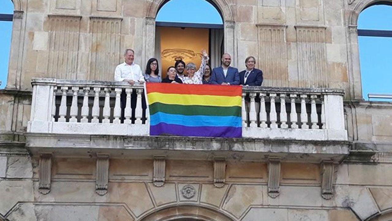 El desfile del Orgullo 2019 toma Madrid.Bandera extendida en el Ayuntamiento de Gijón