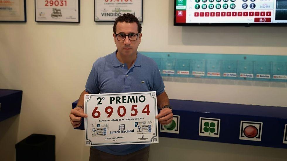 Alejandro Quintáns Gimenez, de la Administración de Loteria Costa da Morte, con el número premiado