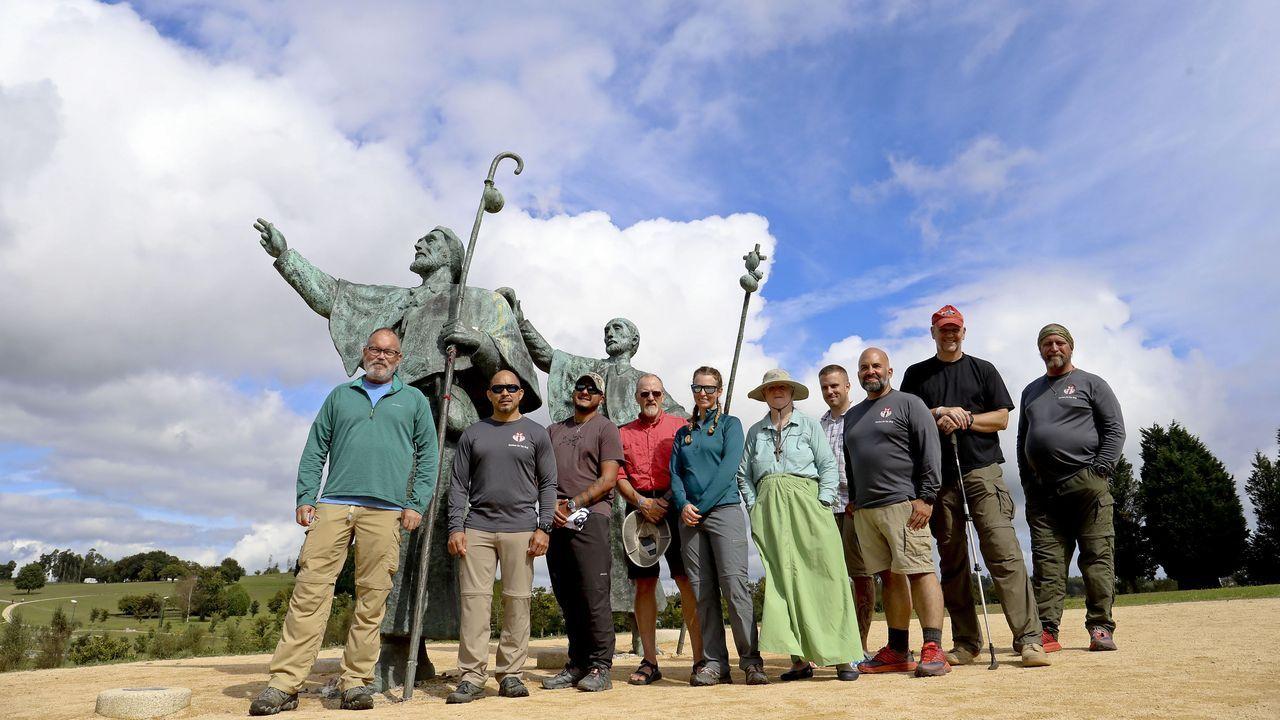 Warhol pasea sus latas por Vigo.El grupo de marines estadounidenses, ayer en el Monte do Gozo de Santiago