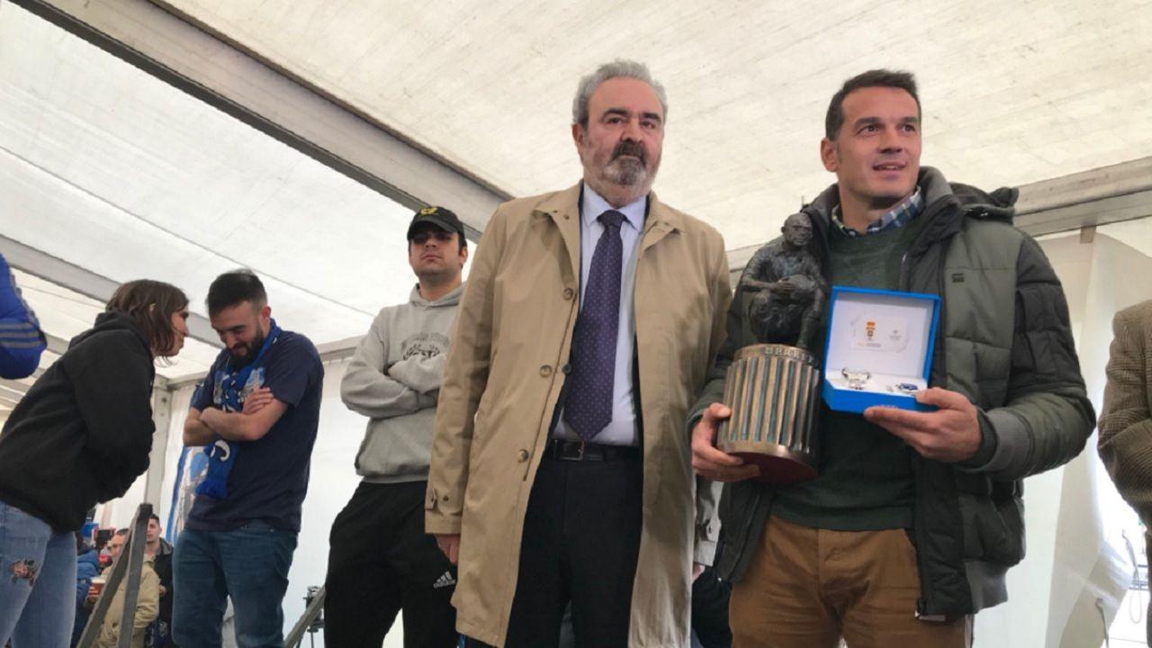Esteban APARO Trofeo Herrerita Manuel Paredes Real Oviedo.Esteban recibe el Trofeo Herrerita, junto a Manuel Paredes