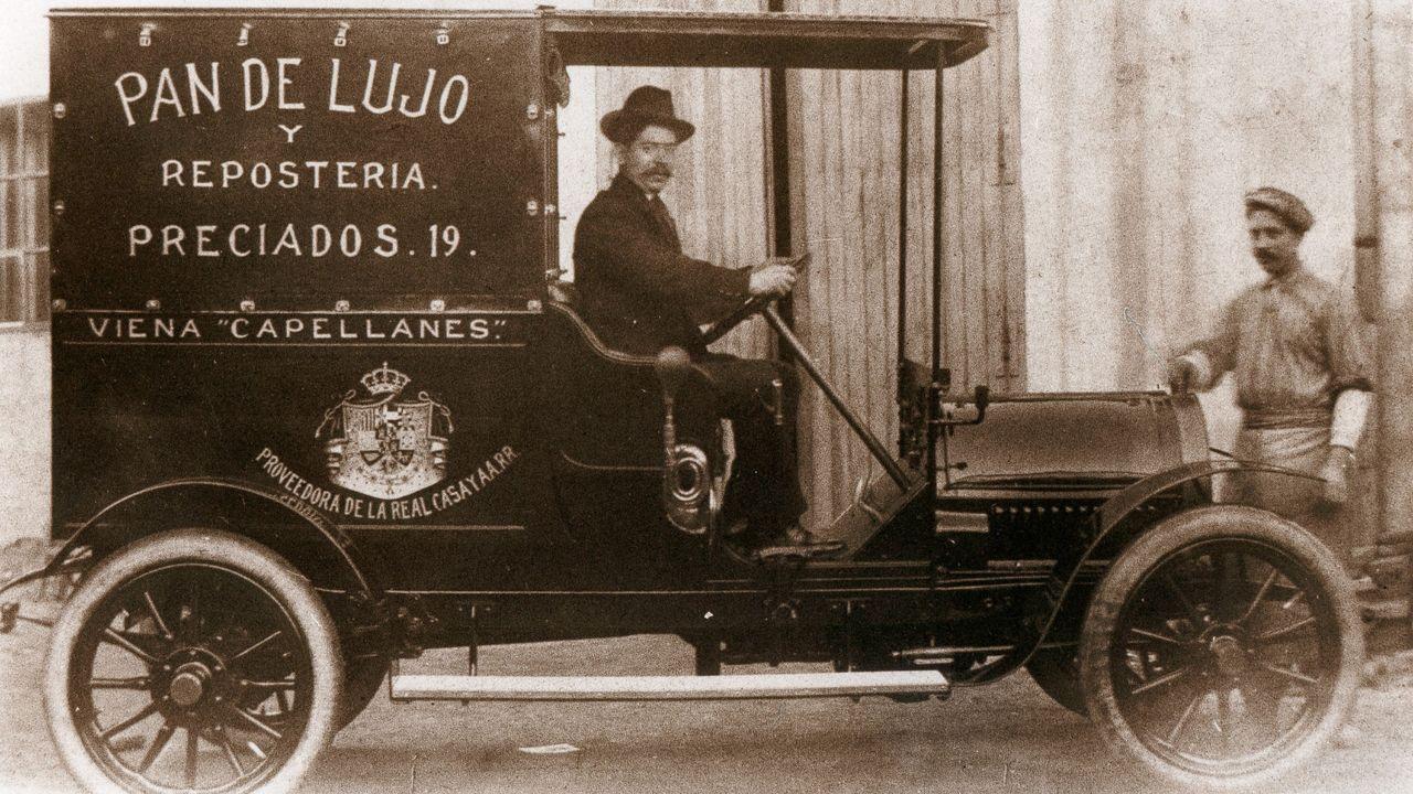 Temporal de nieve en Pedrafita do Cebreiro.Lence, al volante de un coche de reparto de Viena Capellanes, en 1915