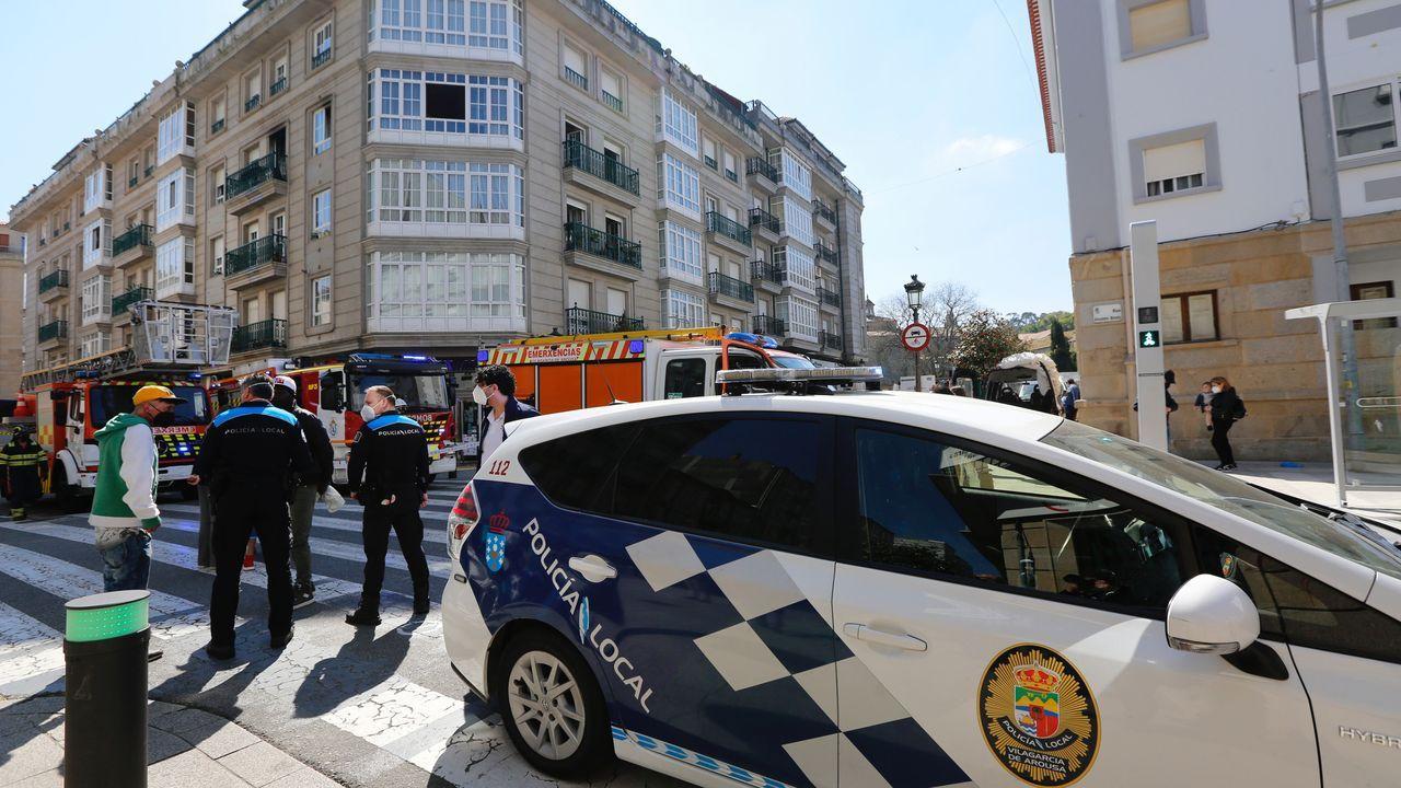 Incendio de una vivienda en el centro de Vilagarcía.El proceso de vacunación se está desarrollando en el salón de plenos del Hospital do Salnés