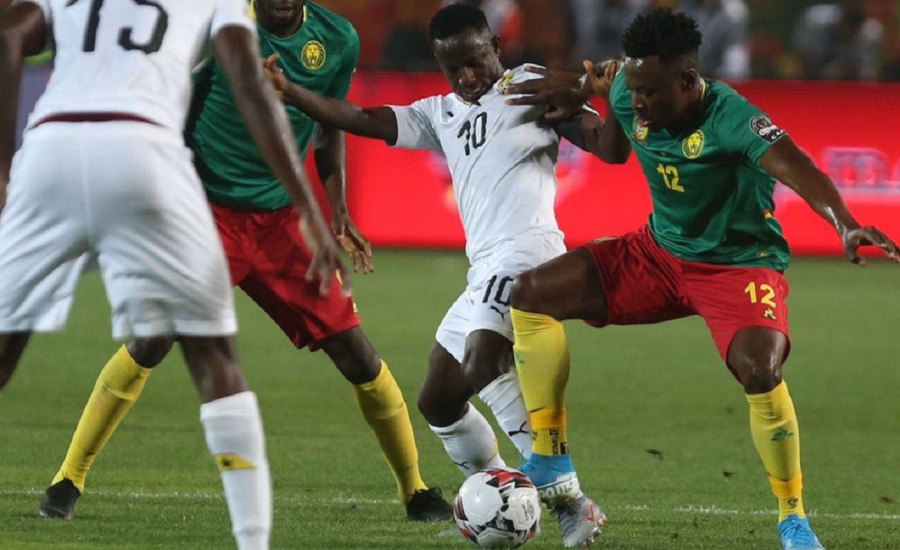 Yeboah Ghana Camerun Real Oviedo.El exoviedista Yaw Yeboah pugna por un esférico