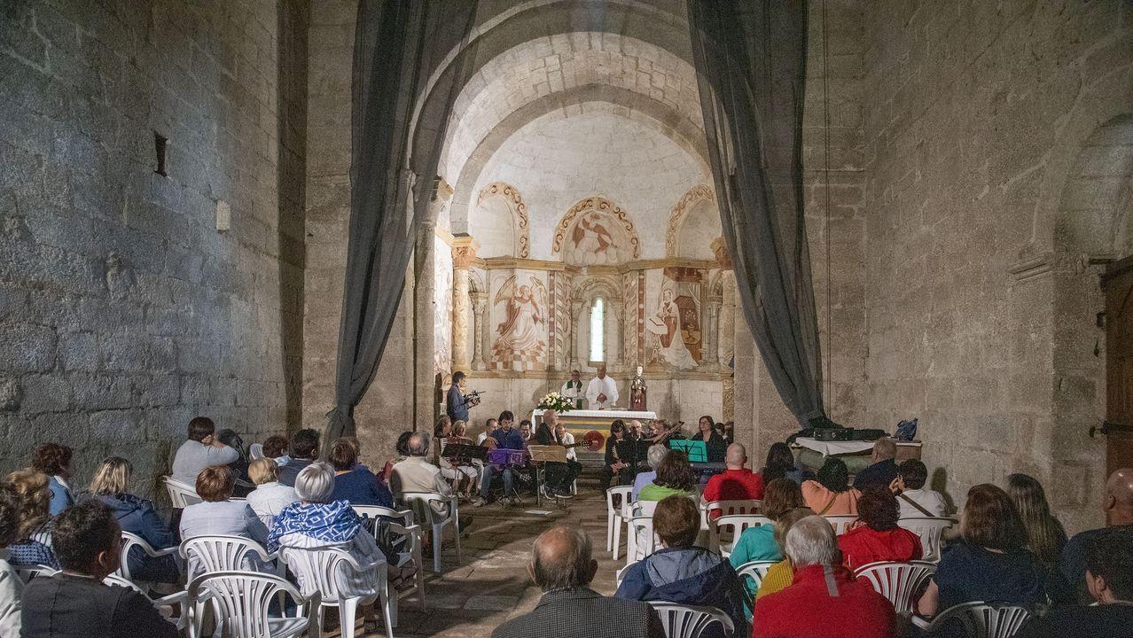 La misa anual en Santa María de Pesqueiras congregó a casi un centenar de fieles