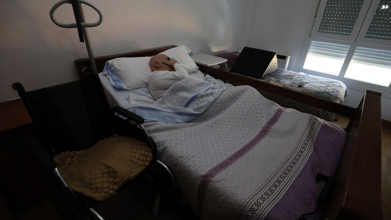 José María Ratoeira, en su piso de Mondoñedo, pasa las horas entre la cama y la silla de ruedas