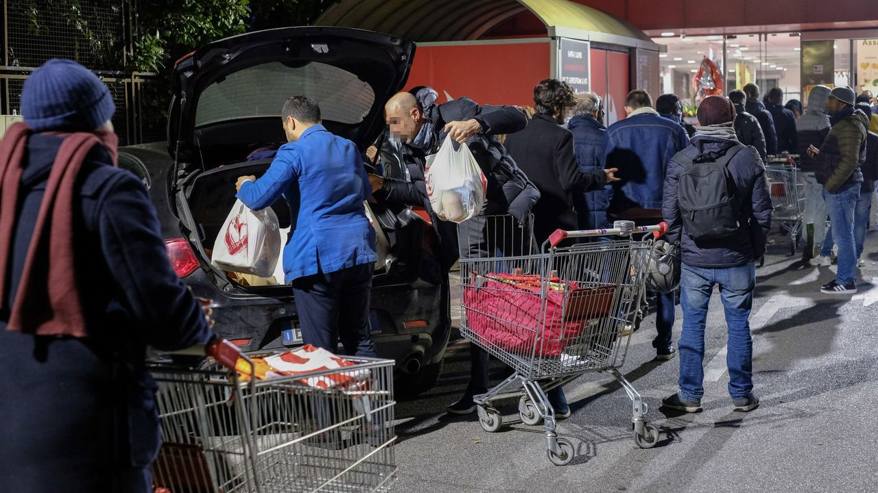 Colas de gente comprando en un supermercado de Roma