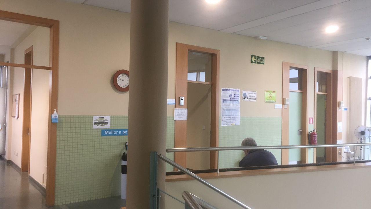 Equipo del servicio de Atención Primaria de Culleredo ante el centro de salud de Acea de Ama. A la derecha, en primer plano, la doctora Maria Jesus Rodríguez Abellón, responsable del equipo