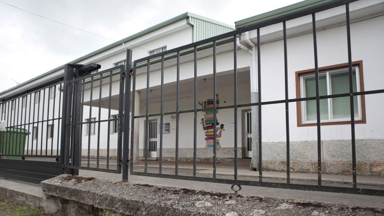 Galicia se zambulle en la fase 2: primeros chapuzones, gente en los bares y vuelta a las clases.Pasillos vacíos en la Facultade de Económicas de la USC