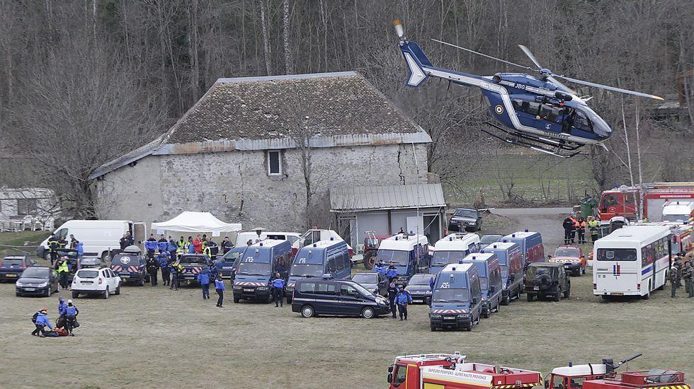 Un helicóptero despega de la base de los equipos de rescate, emplazada en la localidad de Seyne-les-Alpes.