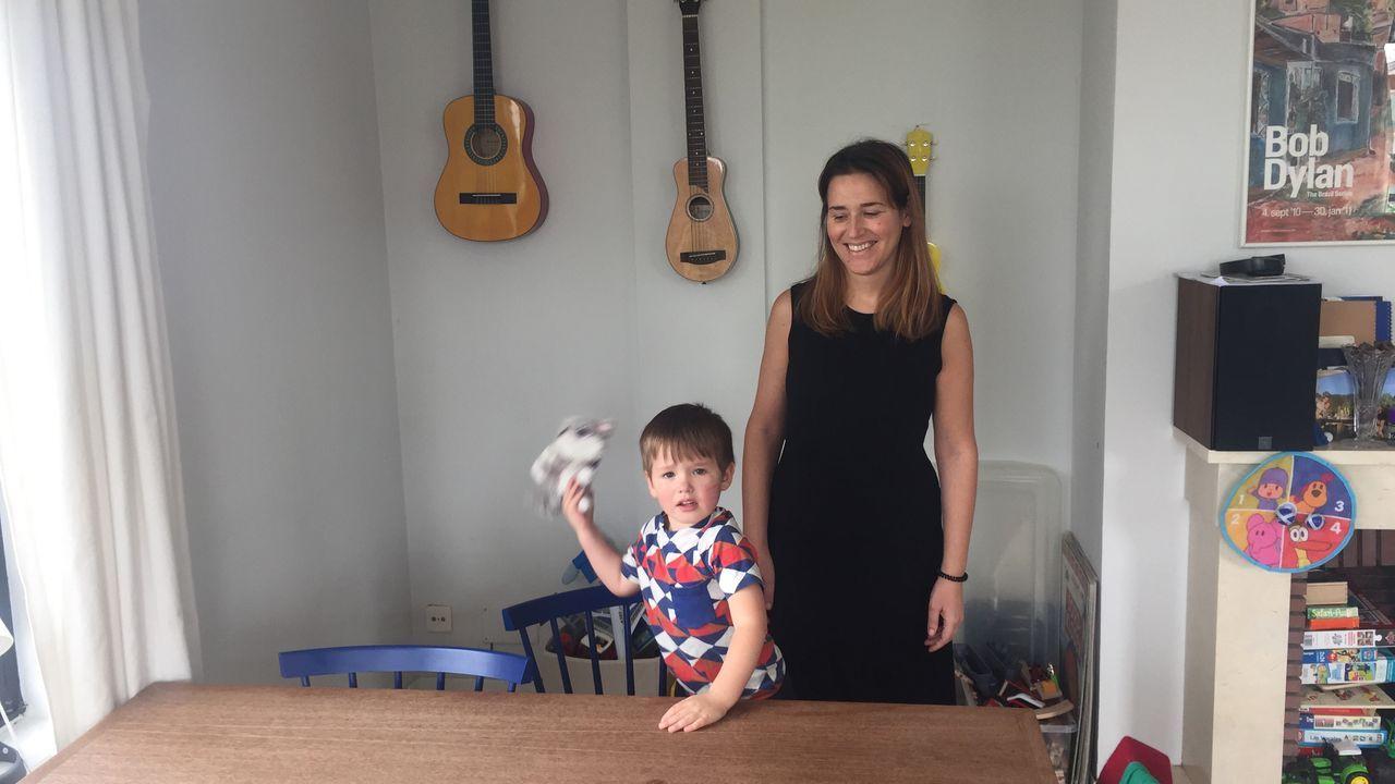 Patricia con su hijo Einar en la vivienda de Oleiros donde viven.