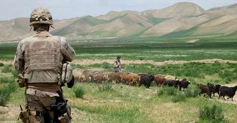 En la imagen, un soldado de la Brilat vigila una actividad local en la misión que la Brigada desarrolló en Afganistán durante parte del año 2013.