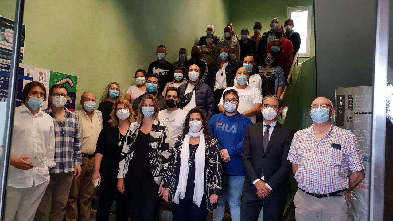 A alcaldesa de Lugo xunto aos traballadores contratados para as obras en dez barrio da cidade