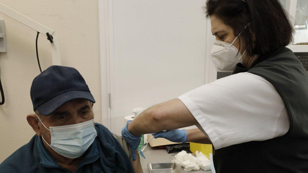 Jornada de vacunación masiva para los gallegos de entre 60 y 65 años.Vacunación masiva contra el Covid-19 con AstraZeneca para personas entre 60 y 65 años en el recinto ferial de Pontevedra
