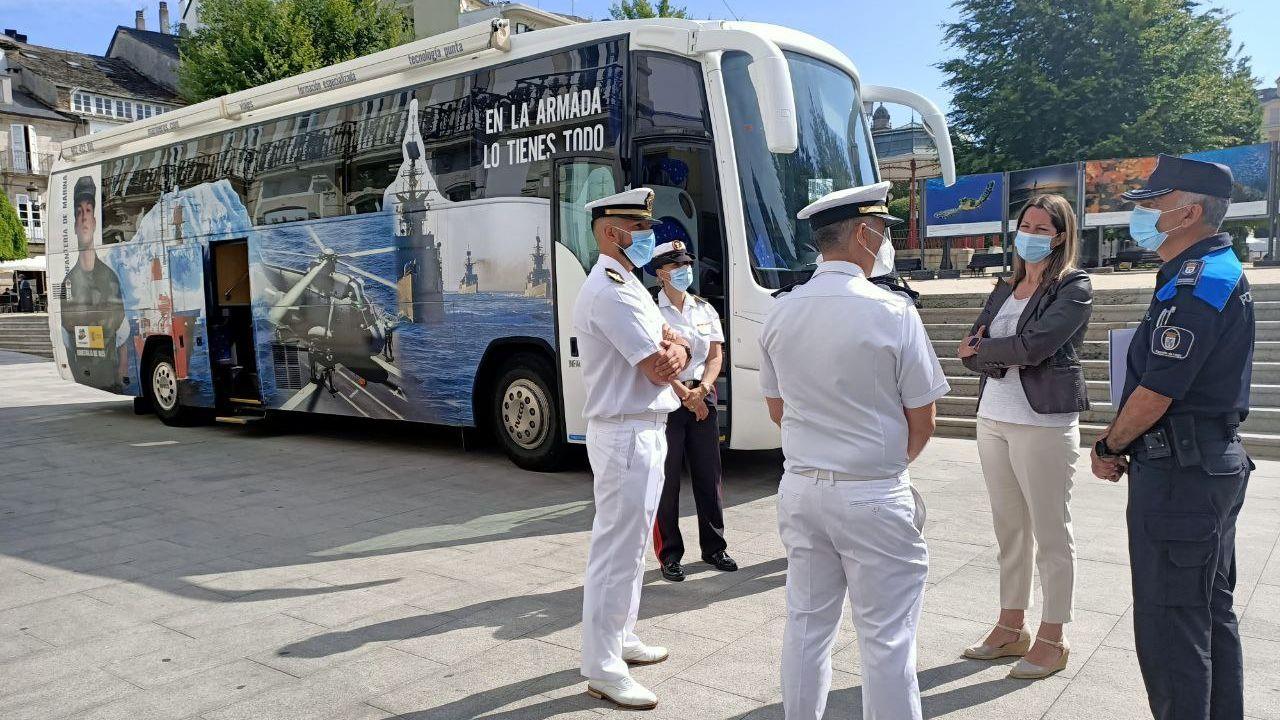 Lara Méndez, alcaldesa de Lugo, y Jesús Piñeiro, inspector jefe de la Policía Local, charlando con miembros de la Armada