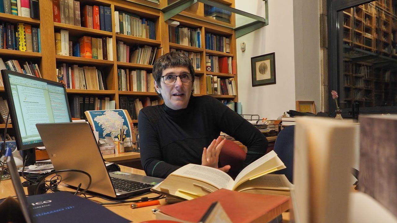 A filóloga Ana Boullón, este mércores, na súa mesa de traballo na casa na que vive nunha aldea de Rois