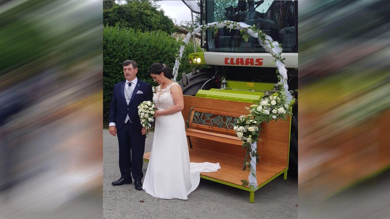 La novia, acompañada del padrino, llegó hasta la iglesia en una especie de trono adherido a la cosechadora