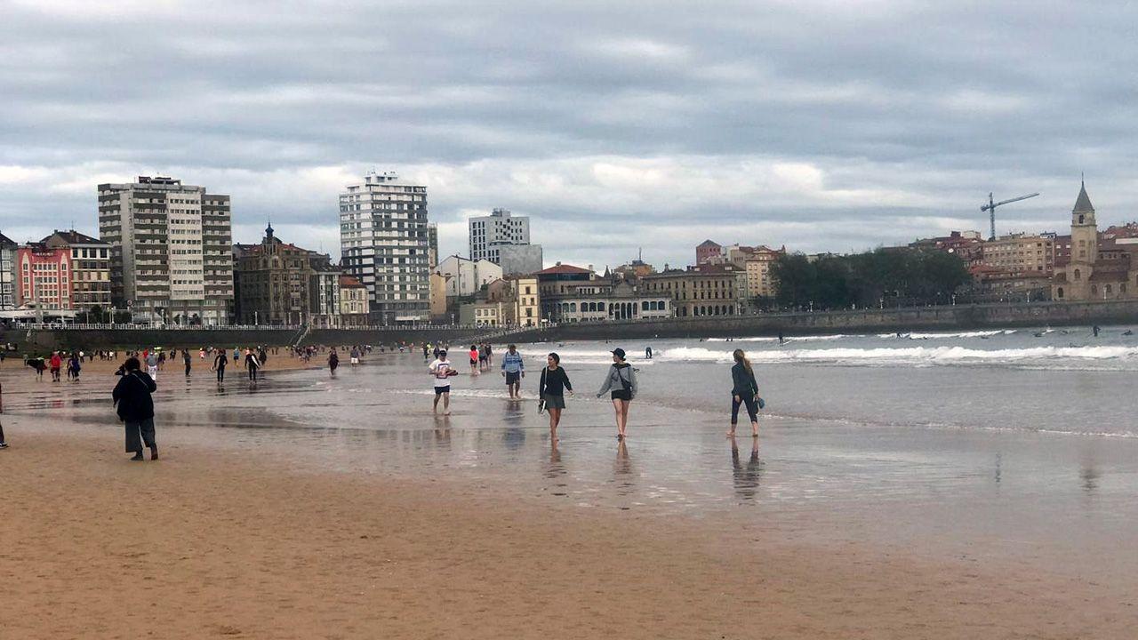 Los gijoneses se han lanzado a la playa en la primera jornada de relajación del confinamiento