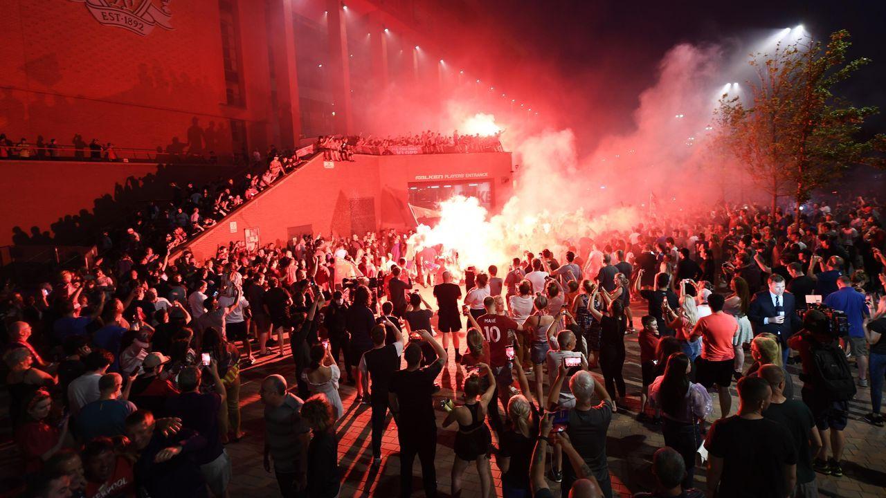 Imprudentes celebraciones de los seguidores del Liverpool