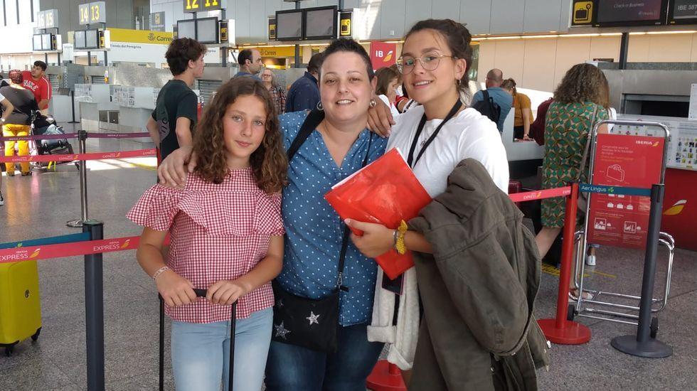 Sanitarios del 061 hacen sonar sus sirenas ante la casa de Amancio Ortega.Xiana Vázquez (a la derecha) junto a su madre y su hermana cuando se iba para Canadá