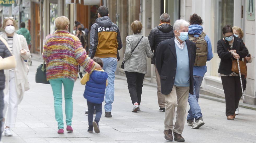 Personas caminando por la calle Real, la principal vía peatonal de Ferrol