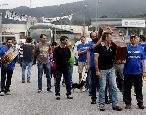 Aprovechando el fin de semana de Defuntos, el piquete escenificó una procesión mortuoria.