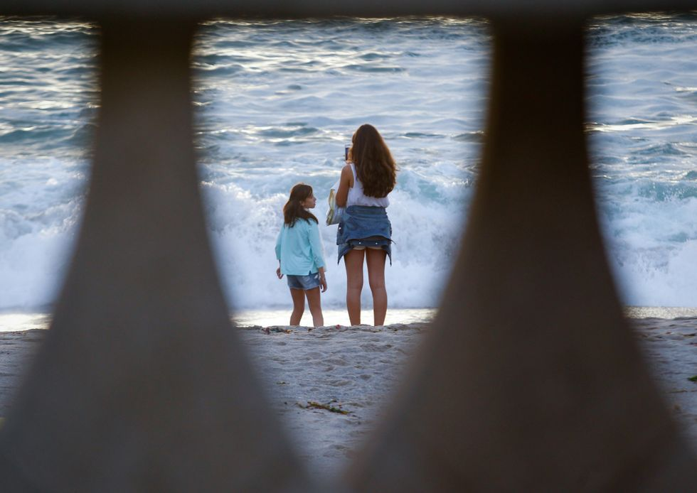 Bono con Silvia Rábade de Escuchando Elefantes interpretando «Every Breaking Wave».Los arenales quedaron reducidos por las mareas vivas.