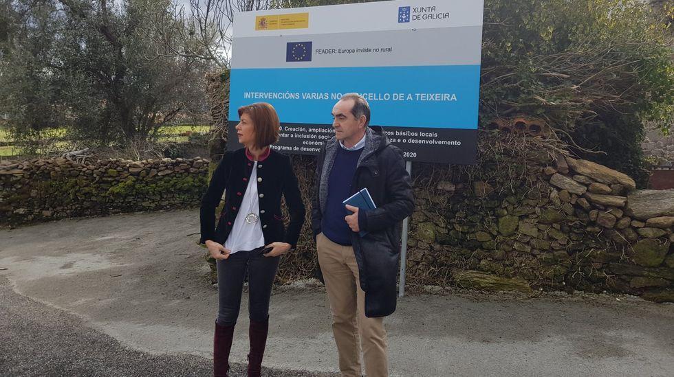 Miguel A. Cid junto a la exdelegada de la Xunta, Marisol Díaz, en una visita a A Teixeira
