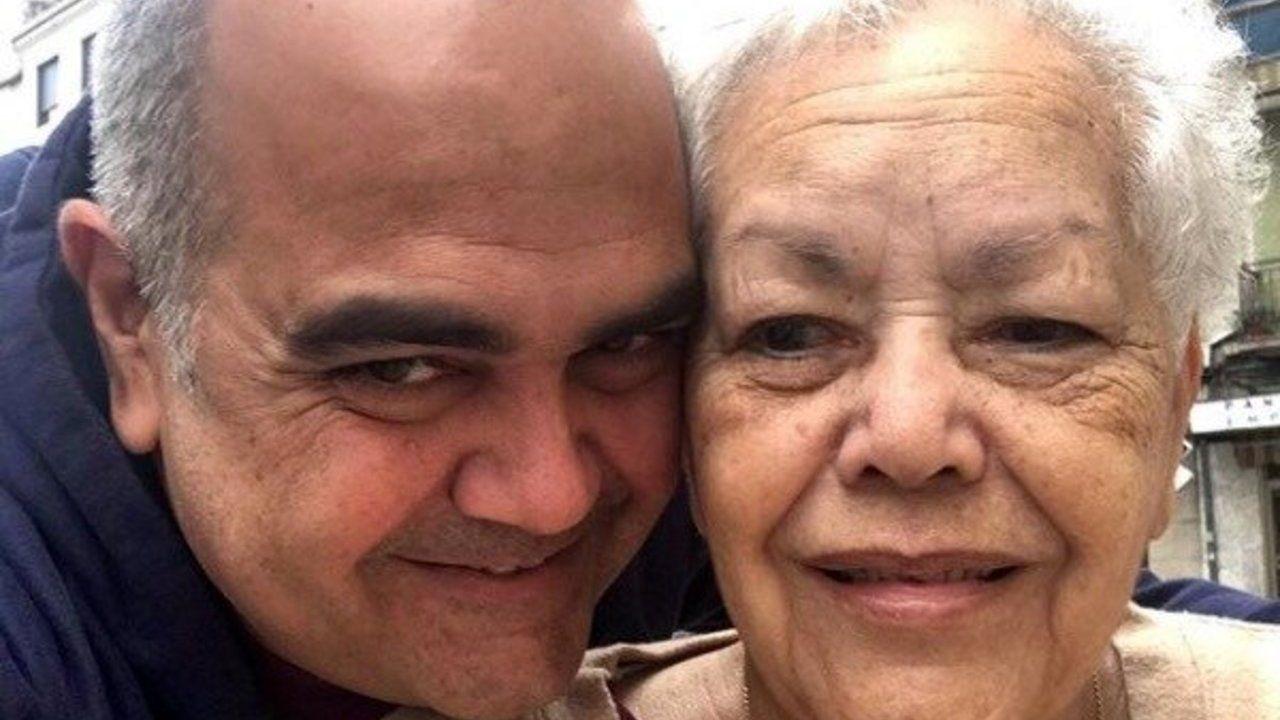 El turismo se despereza en el mundo.José Luis, y su madre, Dominga, en una foto de archivo