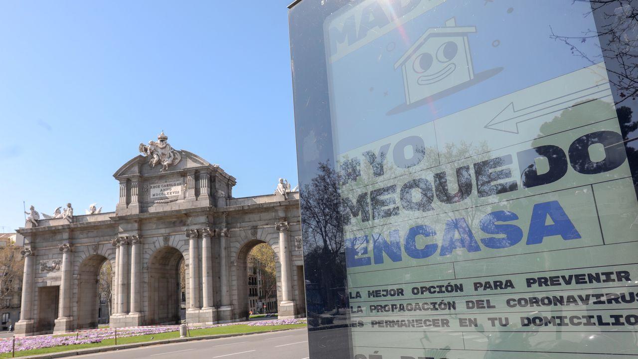 Carteles indicativos frente a la Puerta de Alcalá en Madrid
