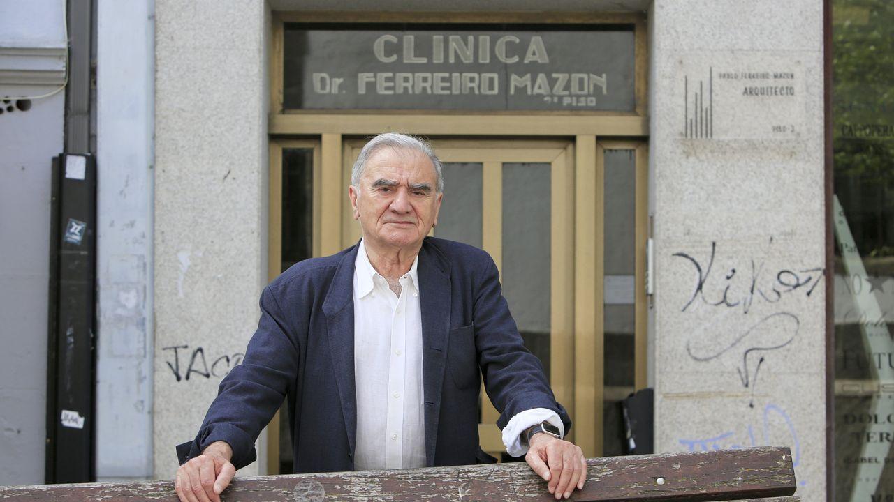 Pedro Ferreiro delante de su antigua consulta en la rúa San Froilán.