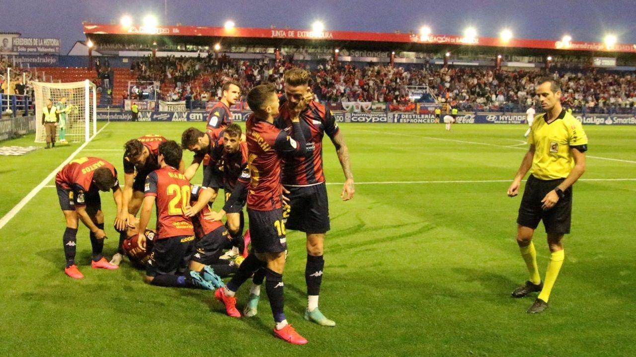 Los jugadores del Extremadura celebran un gol al Mirandés