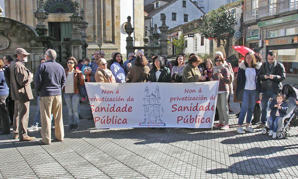 Manifestación en defensa de las urgencias y la sanidad pública.La marea blanca de Pontevedra se concentró ayer por la mañana en la plaza de A Peregrina.