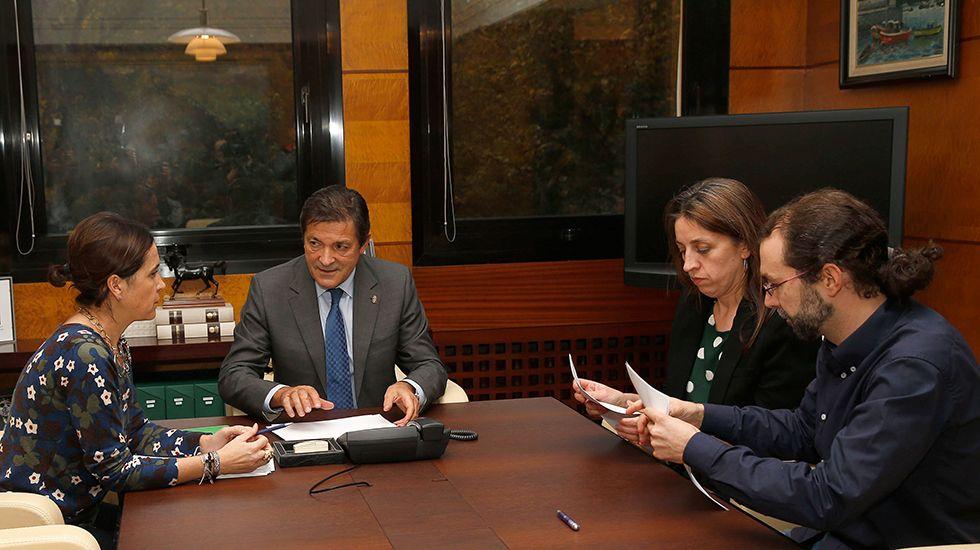 La diputada de Podemos Lorena Gil; el portavoz del grupo parlamentario de Podemos, Emilio León; el presidente del Principado Javier Fernández, y la consejera de Hacienda y Sector Público, Dolores Carcedo.