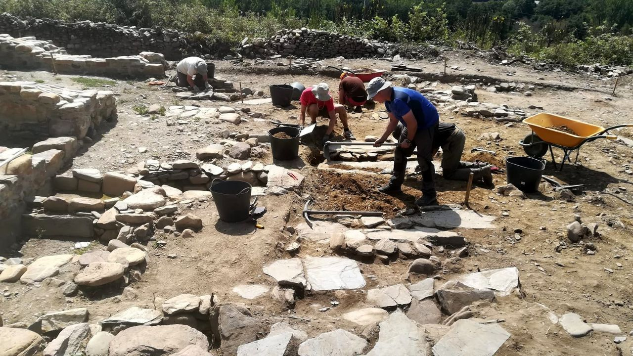 Las excavac iones que se realizan desde hace años en el cementerio medieval del castro de Cereixa no podrán reanudarse este verano, en contra de lo que estaba previsto