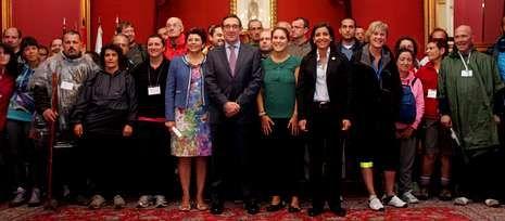 Los más de sesenta peregrinos fueron recibidos por el alcalde Ángel Currás, en el centro.