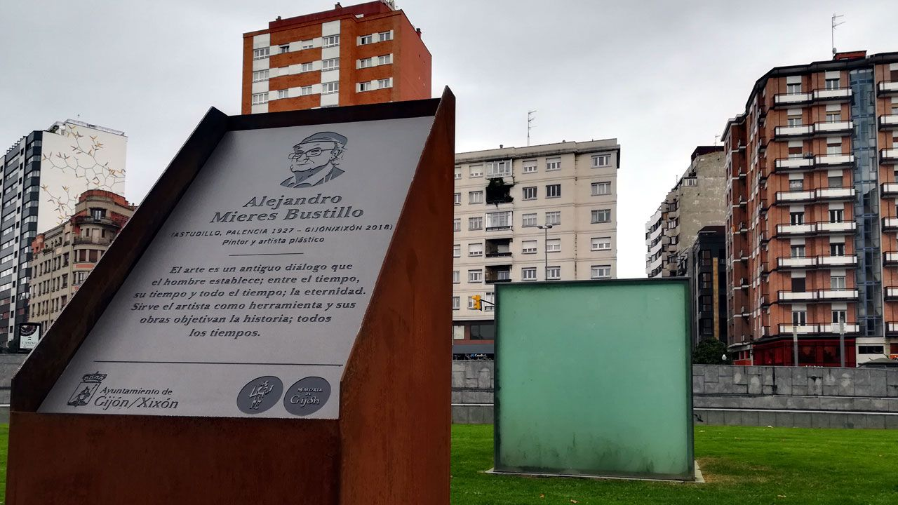 El alcalde de Oviedo, Wenceslao López, y el consejero de Educación, Genaro Alonso, ambos en el centro presentan los proyectos de los institutos de La Florida y La Corredoria.La placa en memoria de Alejandro Mieres con su escultura urbana 'Cubo' al fondo