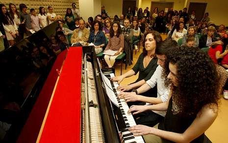Lucía y Andrés Bouzas tocaron acompañados por su profesora, María Paz Fernández.