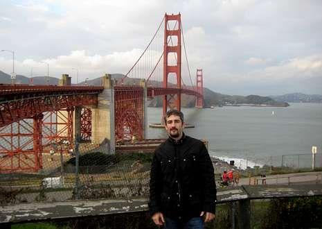 Una impresora de braille con piezas de Lego.O carballiñés Javier Rodríguez González ante unha das referencias de San Francisco, o Golden Gate.
