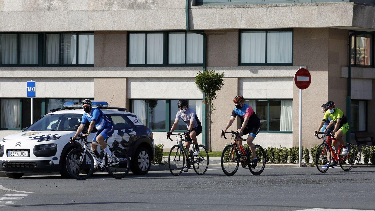 Imagen de unos ciclistas cruzando Ribeira, concello que mantiene activos una decena de contagios