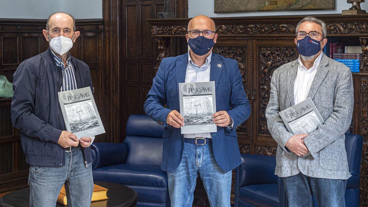 Xulio Fernández Senra, José Manuel Baltar y Xulio Rodríguez presentaron el último número de la revista «Raigame»
