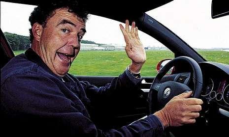 Clarkson conduce y prueba vehiculos en un tono que a veces traspasa los límites de la educación.