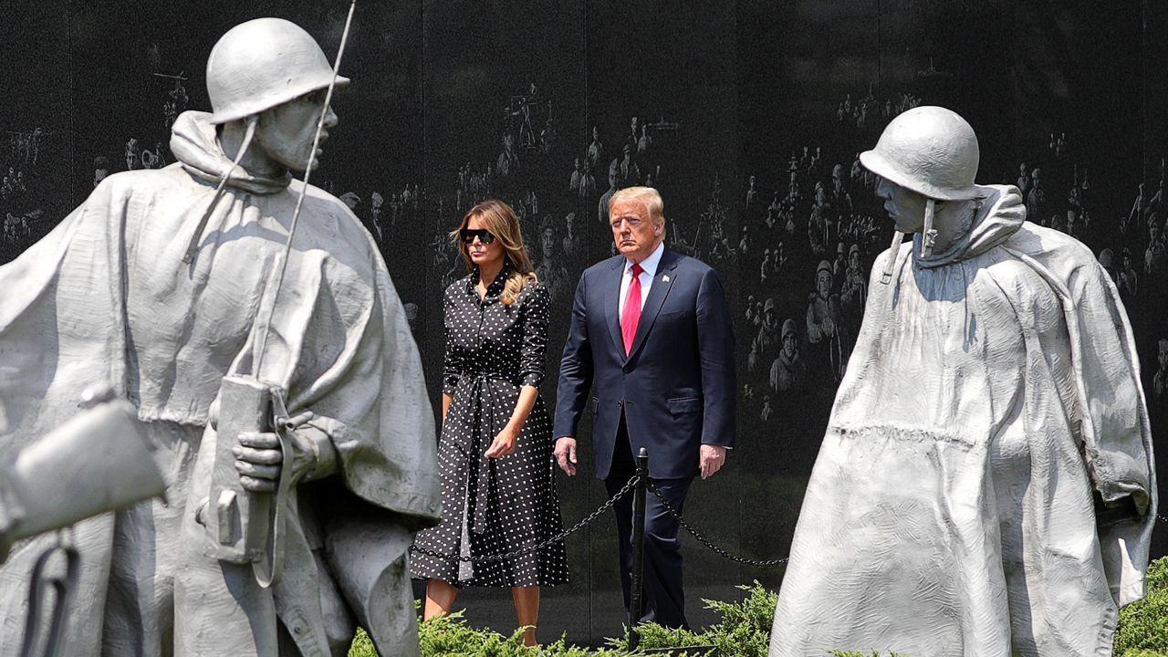 El PP destituye a Álvarez de Toledo y Almeida será el nuevo portavoz nacional.Donald Trump, acompañado de su esposa, este jueves, junto al monumento a los caidos en la guerra de Corea