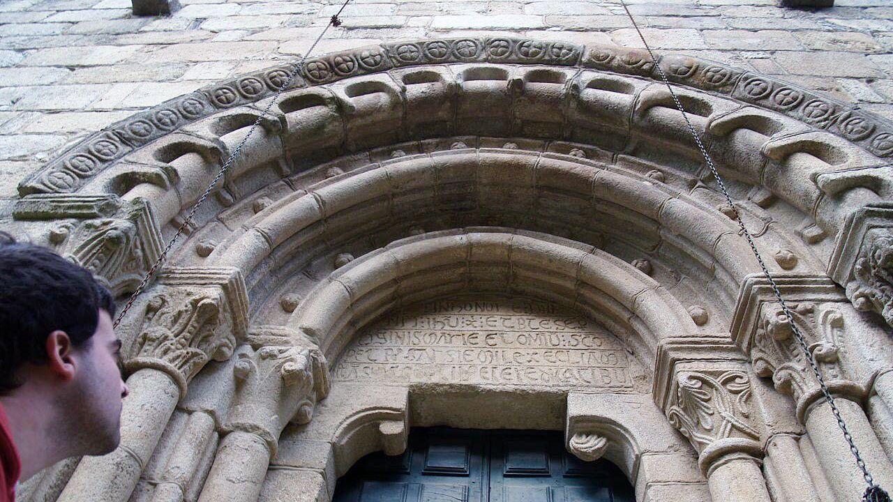 Decoración románica en una puerta de la iglesia de San Xoán da Cova, en Carballedo