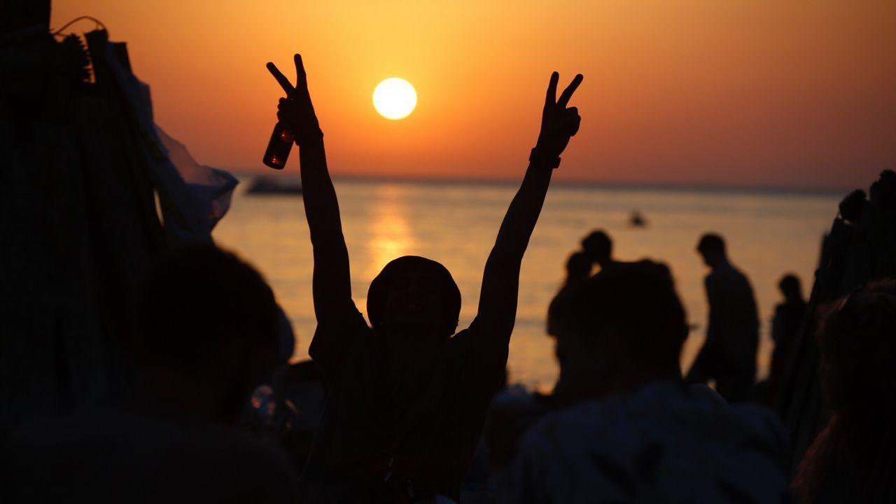 Los más madrugadores llegaron a la playa a las 20.00 horas del sábado.El sol ya se pone en A Coruña. Llega la noche de San Juan.