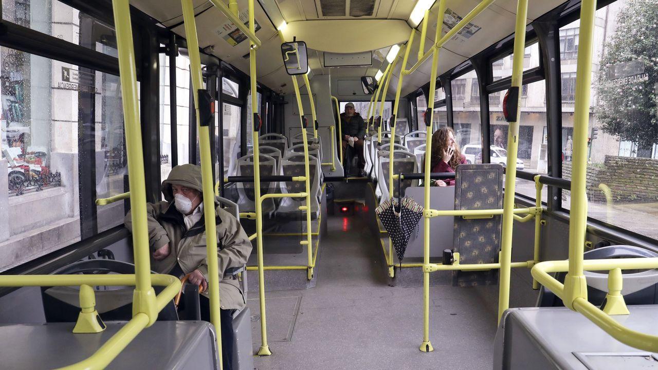 Escasez de viajeros en los autobuses urbanos de Santiago