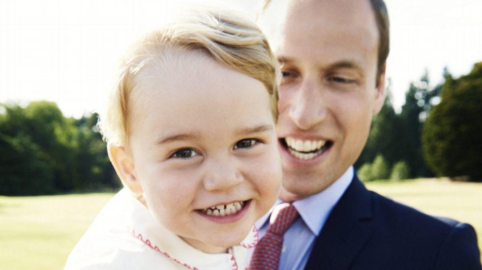 El príncipe Guillermo, duque de Cambridge, y a su hijo George con motivo del bautizo de Carlota